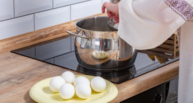 Awaria elektrycznej kuchenki, na której gotowane są jajka
